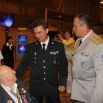 Украинские офицеры приветствуют легендарного партизанского командира Л. Беренштейна