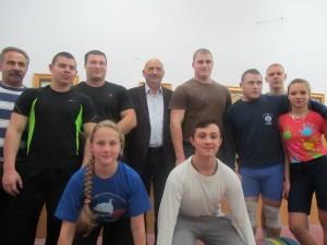 Владимир Гершов (в центре) с ашдодскими штангистами