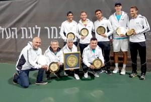 הצוות המקצועי ושחקני מועדון הטניס בלוד עם צלחת אליפות המדינה השנייה ברציפות