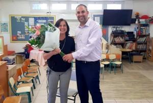 ראש העיר מעניק זר פרחים לגננת עינת מירון בהוקרה על תושייתה