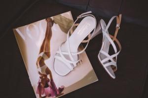 Белый цвет и затейливые ремешки1